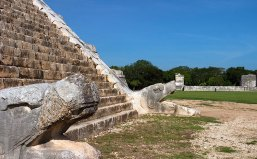 Головы пернатых змеев у подножия Храма Кукулькана. Чичен-Ица.