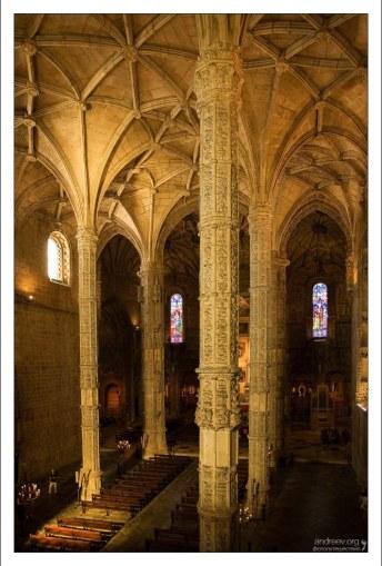 Шесть колонн поддерживают свод церкви Св. Марии. Монастырь Жеронимуш.