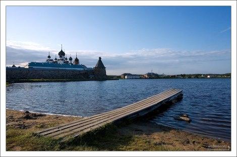 Деревянные мостки для омовений в Святом озере.