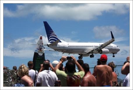 В зависимости от погодных условий, взлёт/посадка считается средней или высокой сложности для лётчика. Пляж Махо.