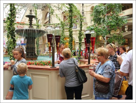 Продажа соков у фонтана в ГУМе.