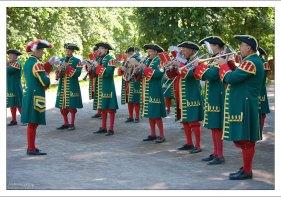 Музыканты развлекают гостей парка в Петергофе.