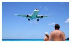 """На пляже Махо процветает """"споттинг"""" - вид хобби, заключающийся в наблюдении за самолётами и ведение их реестра."""