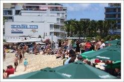 На пляже Махо прибытие самолетов на остров сопровождается овациями.