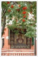 Фасадная икона «Богоматерь Знамение» и рябина около Храма Василия Блаженного.