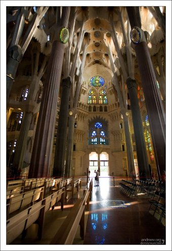 Внутри собора Sagrada Familia.