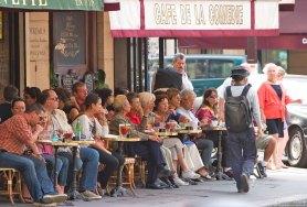 Столики в парижских кафе, по обыкновению, стоят очень близко друг к другу.