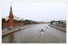 На катере мимо Кремля.