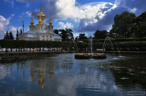 Один из Квадратных прудов перед галереями Большого дворца (18-й век). Верхний парк в Петергофе.