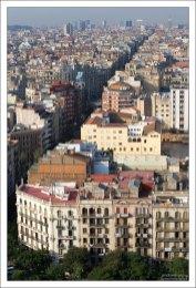 Вид на город с высоты одной из башен Саграды Фамилии.