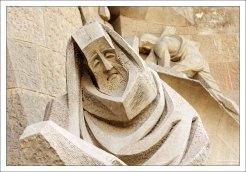 Стилизованная фигура апостола Петра на фасаде Страстей Господних в Саграде Фамилии.