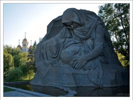 """Скульптура """"Скорбь Матери"""" - собирательный образ миллионов советских женщин, потерявших на войне своих близких."""