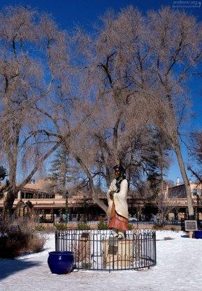 Бронзовая статуя, воздвигнутая в честь Kateri Tekakwitha - первой индейской женщины, причисленной к лику блаженных в католической церкви. Очень красивая вблизи: на статуе есть бирюзовые украшения, а в руках - перья орла.