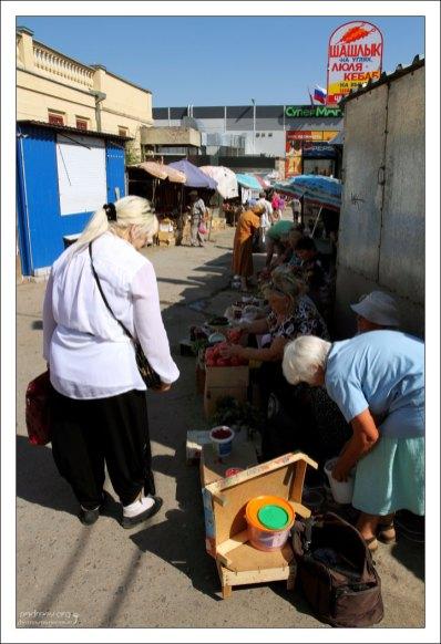 На центральном рынке города.