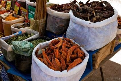 Специи и листья коки на рынке в Пуно.