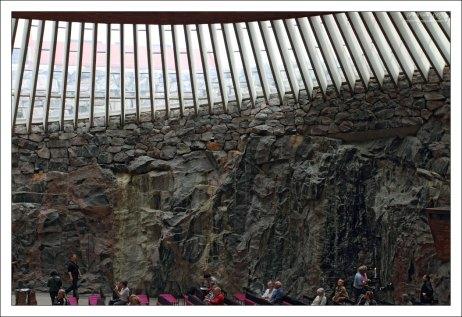 Частично стены церкви Темппелиаукио составляет необработанная горная порода.