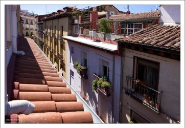 Крыши домов на улице Calle Barcelona.