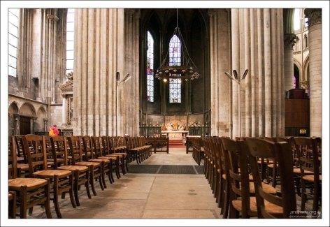Стулья для прихожан в соборе Руанской Богоматери.