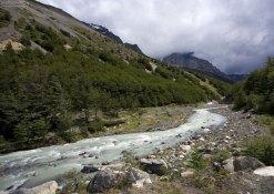 Небольшой порог в изгибе реки.