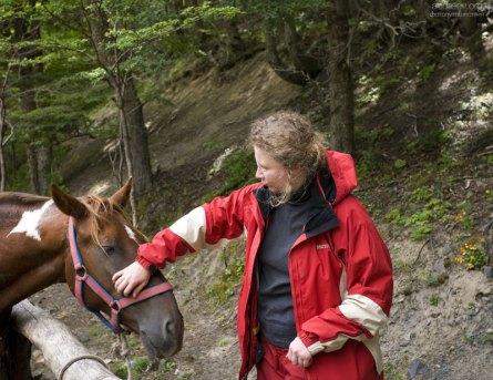 Катя знакомится с лошадьми в кемпинге Chileno.