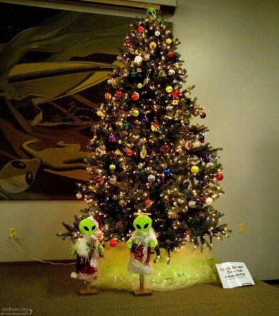 Зелёные Дед Мороз и Снегурочка в музее НЛО.