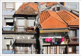 Терракотовые крыши и белье.