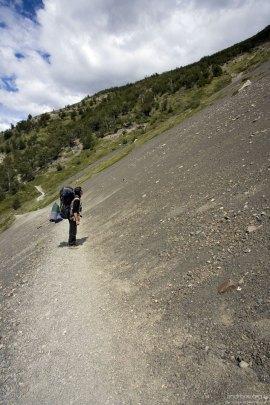 На тропе, разделяющей горный склон на две половины.