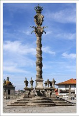 Спиральная колонна Pelourinho do Porto в стиле барокко перед главным собором города.