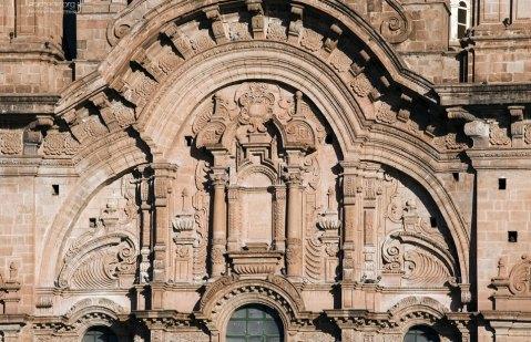 Резной по камню фасад церкви Iglesia de la Compañia de Jesus.