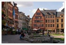Фахверки по периметру Старой рыночной площади (Place du Vieux Marché) в Руане.