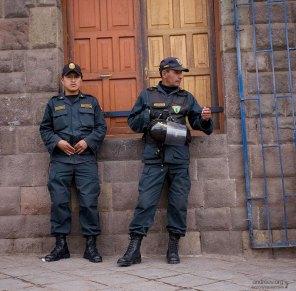 Полицейские скучают без дела.