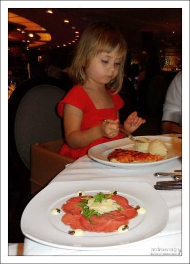Саша за столом во время формального ужина.