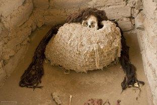 Мумия с волосами на кладбище Chauchilla Cemetery.