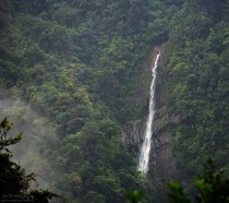 Водопад высоко в горах в национальном парке Tapanti NP.