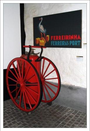 """Огромный передвижной огнетушитель на складах компании """"Ferreira"""". Вила-Нова-де-Гайа."""