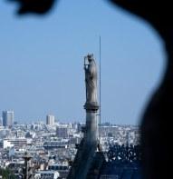 Статуя епископа на вершине Собора Парижской Богоматери.