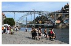 Португальские бойскауты на набережной.