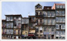 Разномастные фасады домов.