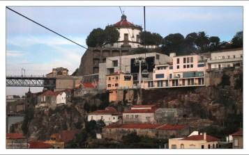 """База канатной дороги """"Teleferico de Gaia"""" и монастырь Mosteiro da Serra do Pilar на заднем плане."""