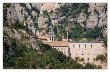 Башня бенедиктинского монастыря в скалах.
