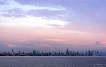Смесь небоскребов и трущоб в Панама-сити.