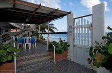 Ресторан и выход на пляж из нашей гостиницы.