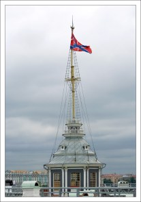Флагшточная башня Нарышкина бастиона Петропавловской крепости. На мачте постоянно находится гюйс - «вседневный» крепостной флаг.