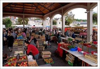 Овоще-фруктовые ряды. Фермерский рынок в Ланже.