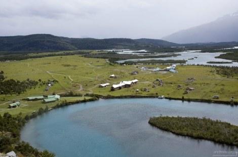 Инфо-центр и хозяйственные постройки рядом с изгибом реки Serrano.