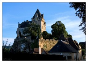 Замок Castelnaud на берегу реки Дордонь.