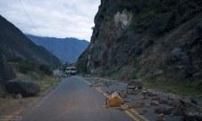 Частично разобранная баррикада на дороге из Куско в Ollantaytambo.