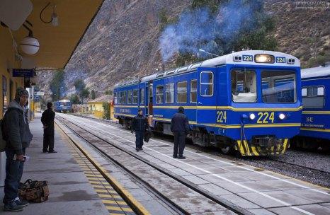 Поезд на Мачу-Пикчу на станции Ollantaytambo.