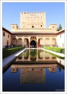 Миртовый дворик (Patio de los Arrayanes) во Дворце Насридов, с мраморным водоемом посередине.