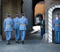 Сменившиеся гвардейцы уходят отдыхать.